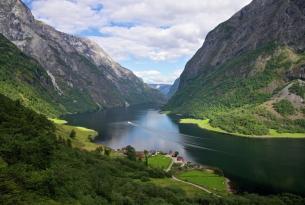Tierra de fiordos: circuito en autobús con guía de habla castellana.