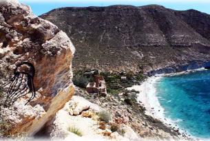 Acantilados y calas del Cabo de Gata en el Puente de Diciembre