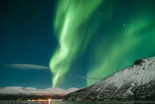 Puente de Todos los Santos: auroras boreales y ballenas en Lofoten (Noruega)