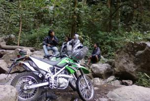Viaje en moto Enduro (Pujungan) BALI, selva Indonesia